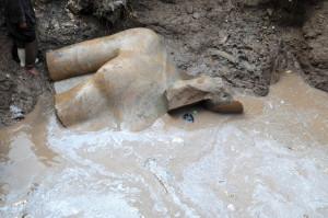 Il-busto-della-statua-di-Ramses-II-sommerso-dalle-acque-ph.-Luxor-Times